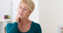 Ältere Dame mit Nackenschmerzen